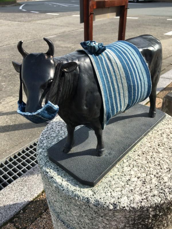 松阪駅の牛さん、松阪木綿を着ています。