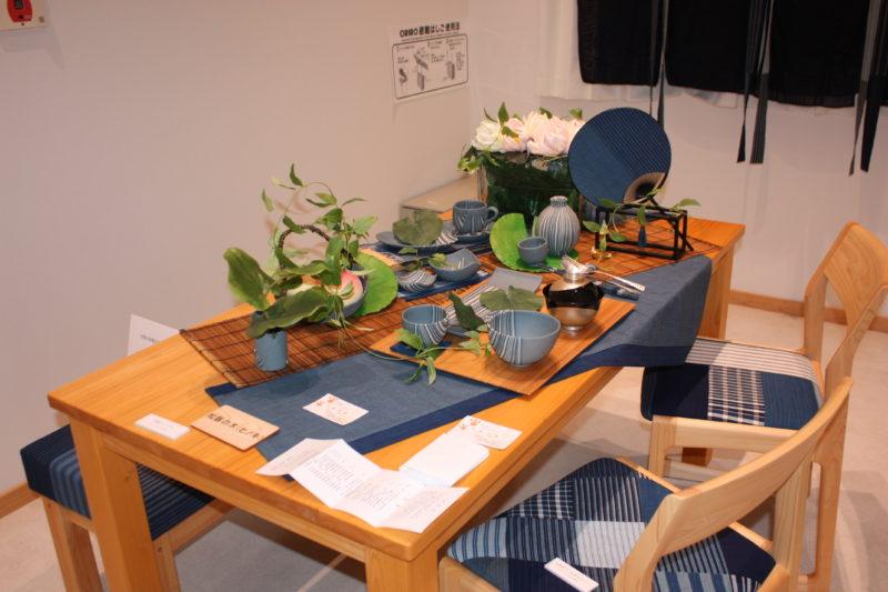令和3年7月15日(木)~同8月1日(木)「松阪もめん」×「松阪飯南森林組合」コラボ家具展示 幸翔窯さんの器でテーブルコーディネート